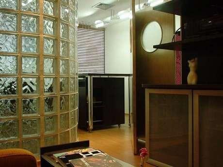 17. Tijolo de vidro como divisória em corredor. Projeto de Leonardo Hermenegildo