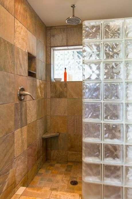 13. O tijolo de vidro evita respingos e dá um charme a mais ao espaço