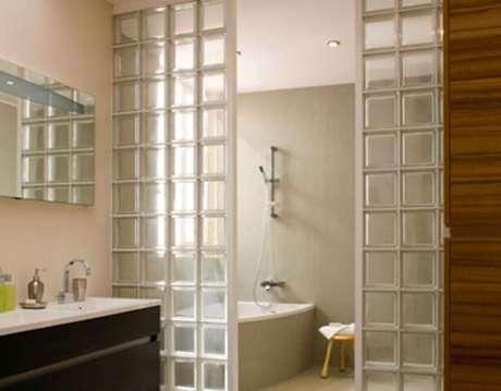 51. Divisórias feitas de tijolo de vidro