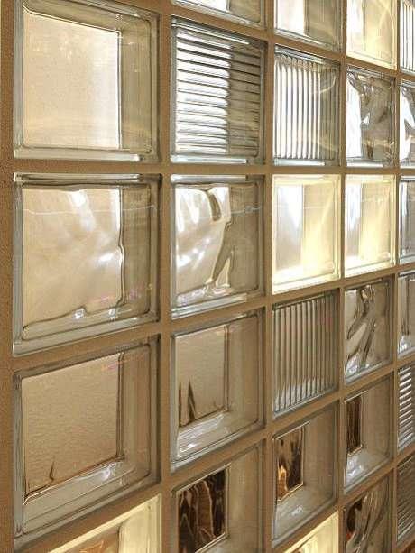 75. O tijolo de vidro é fácil de ser instalado. Foto: Pinterest
