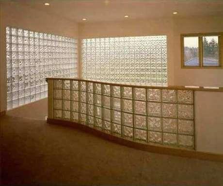 9. Aqui, o tijolo de vidro foi usado para dar mais claridade à área de escada