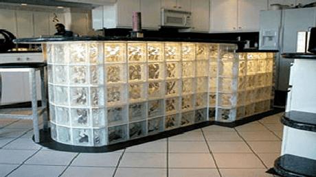 44. Balcão de cozinha feito de tijolo de vidro