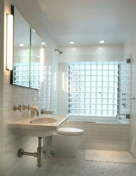 50. Banheiro claro com parede de tijolo de vidro