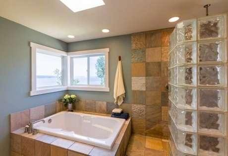 10. Um uso bem comum do tijolo de vidro é no banheiro