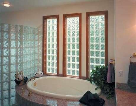11. Aqui o tijolo de vidro é usado na parede externa e como uma parede interna