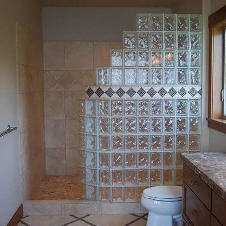 12. E neste banheiro o tijolo de vidro é usado como um box de chuveiro