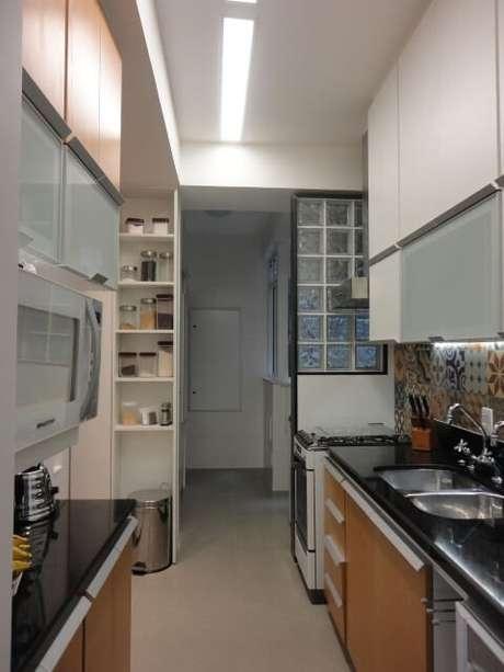 36. Cozinha com divisória de tijolo de vidro. Projeto de Maria Helena Torres