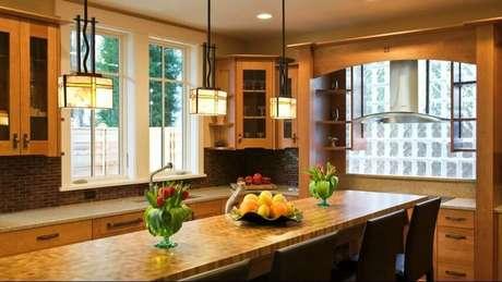 49. Parede de tijolo de vidro em cozinha