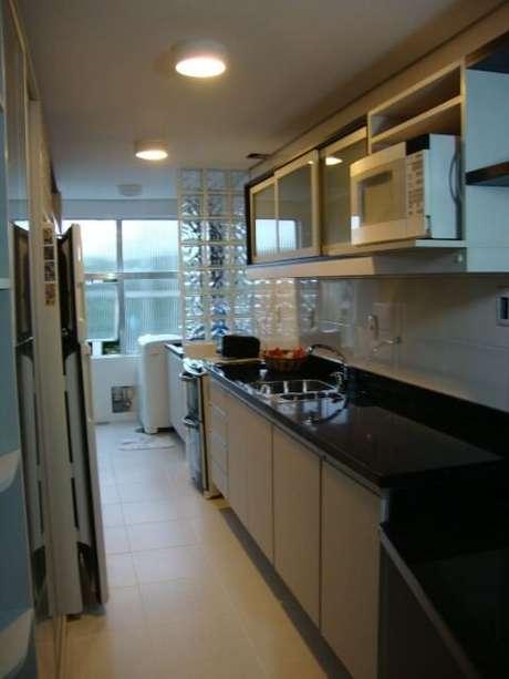 37. Tijolo de vidro em divisória entre cozinha e área de serviço. Projeto de Juliana Litwinski