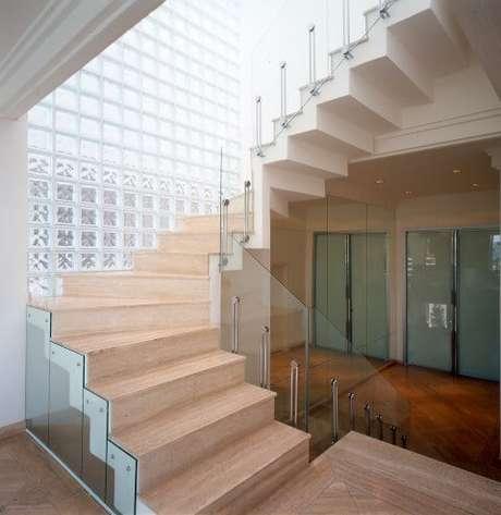 38. Parede alta de tijolo de vidro em escada. Projeto de Brunete Fraccaroli