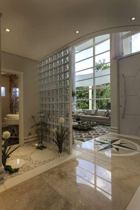 42. Imagem mais ampla do projeto de Iara Kilaris com tijolo de vidro.