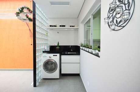 29. Parede de tijolo de vidro em lavanderia. Projeto de Condecorar
