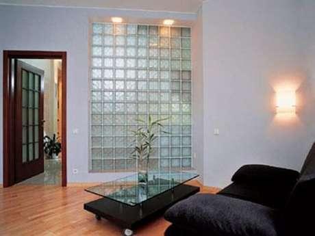 46. Tijolo de vidro em parede interna de sala de estar