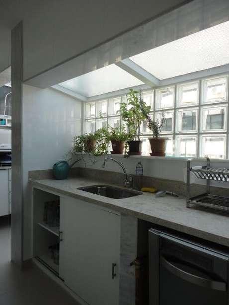 31. Detalhe em tijolo de vidro na cozinha. Projeto de Maria Helena Torres