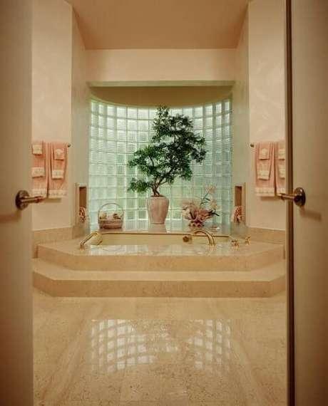 25. Parede de tijolo de vidro em sala de banho