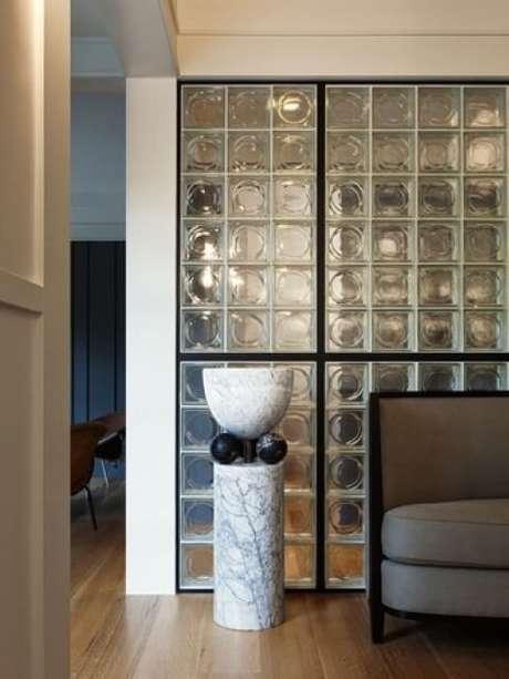 52. Parede de tijolo de vidro em sala de estar