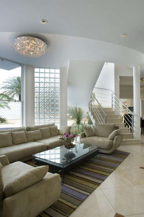 53. Parede de tijolo de vidro em sala de estar ampla. Projeto de Aquiles Nicolas Kilaris