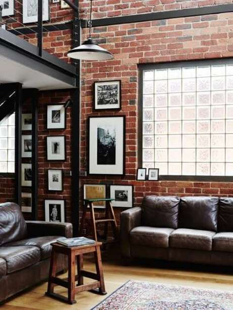 27. Tijolo de vidro em sala de estar rústica