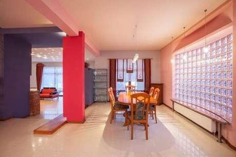 3. Aqui, a parede de tijolo de vidro separa a sala da área externa da casa