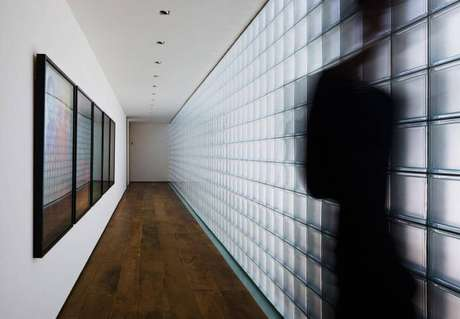 16. Parede de tijolo de vidro fosco em corredor