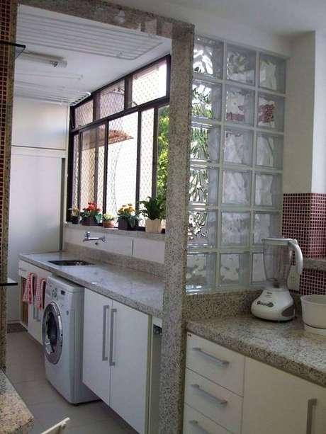 62. O tijolo de vidro é ótimo para detalhes no ambiente. Foto: Decor Fácil