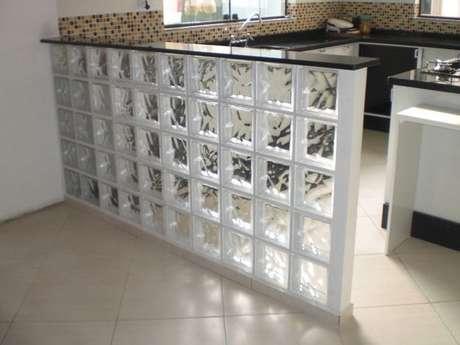 70. Bancadas de tijolo de vidro são muito interessantes. Foto: Construindo Minha Casa Clean