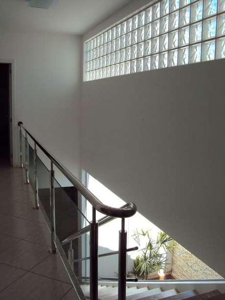 63. O tijolo de vidro em áreas sem iluminação é ótimo. Foto: Decor Fácil