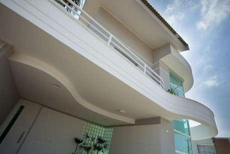 57. O tijolo de vidro pode também ser usado na fachada da casa. Projeto de Aquiles Nicolas Kilaris