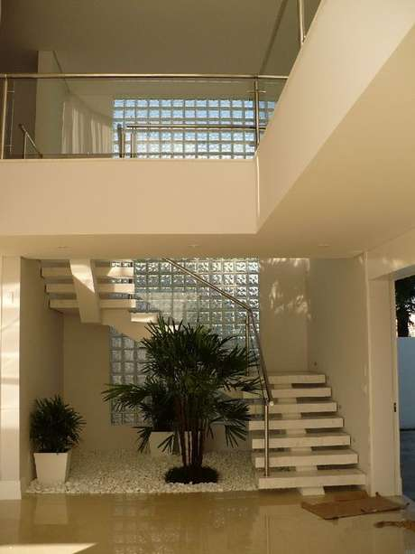 64. O tijolo de vidro é um detalhe muito clássico. Foto: Pinterest