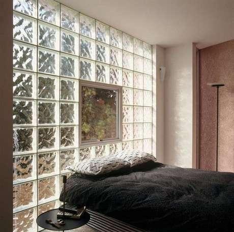 69. O seu quarto pode ter parede tijolo de vidro. Foto: Decor Fácil