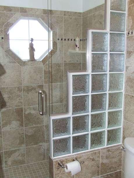 67. O tijolo de vidro pode ser usado de diferentes formas. Foto: Cimento Montes Claros