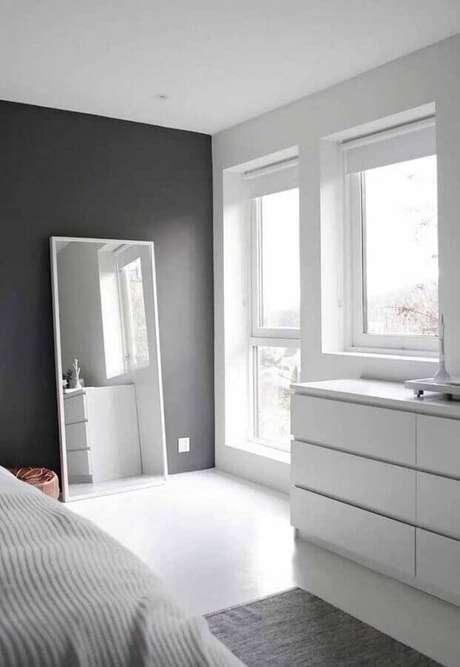 61. Decoração clean com parede cinza e cômoda branca – Foto: Apartment Therapy
