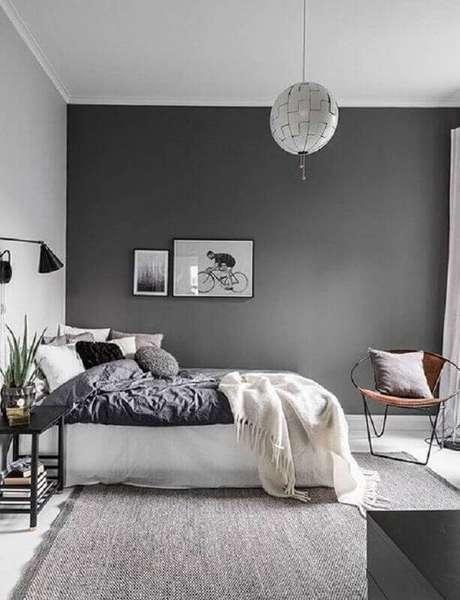 62. Tinta cinza parede para quarto de casal minimalista – Foto: Apartment Therapy