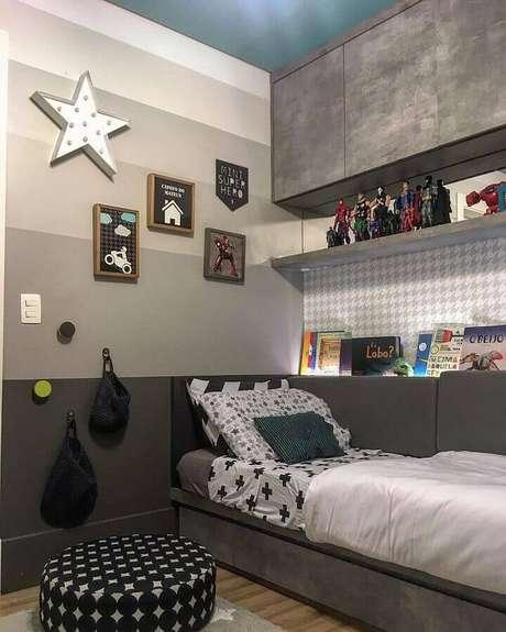 65. Tons de cinza para parede de quarto com decoração jovem – Foto: Fernanda Guazzelli