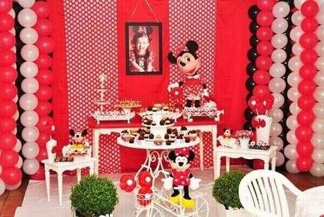 51 – Use painel fotográfico da aniversariante como peça decorativa para a mesa do bolo. Fonte: Dicas Pais e Filhos