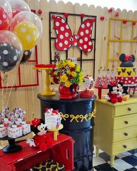 45 – Utilize caixote e criado-mudo para decorar a mesa do bolo da festa da Minnie. Fonte: Encontrando Ideias