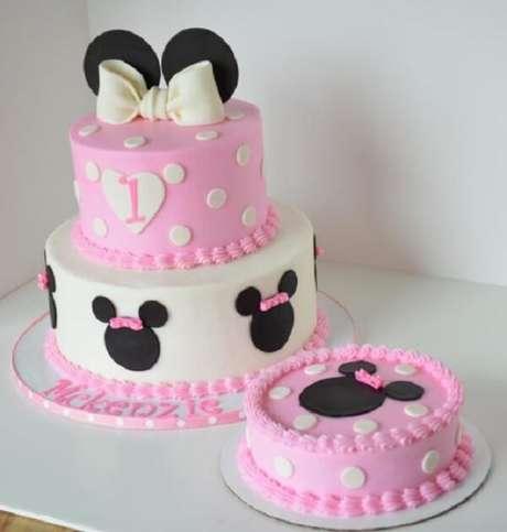 46 – Utilize pasta americana para criar os bolos com o tema festa da Minnie. Fonte: Pinterest