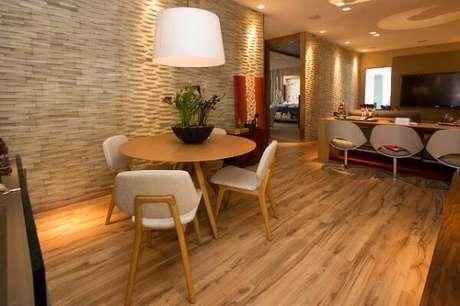 46. Sala de jantar com piso flutuante de madeira. Fonte: Pinterest