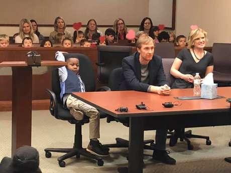 Michael, de cinco anos, trouxe todos os colegas de escola para presenciar sua adoção