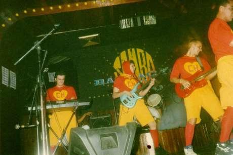 Banda Show Factory em apesentação dos anos 1990.