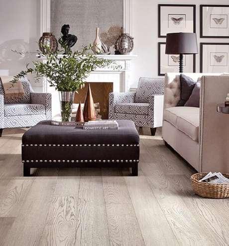 9. Sala de estar com piso flutuante em tom claro. Fonte: Pinterest