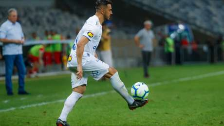 Robinho deixou a Arena do Grêmio de muletas e não tem nenhuma chance de jogar contra o Palmeiras, domingo, no Mineirão-(Vinnicius Silva/Cruzeiro)