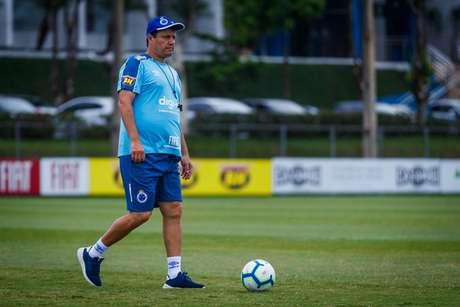 Adílson Batista terá muita dificuldade em montar a equipe que vai tentar se salvar no domingo, diante do Palmeiras- (Foto: Vinnicius Silva/Cruzeiro)
