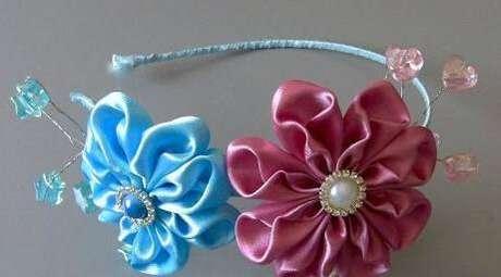 44. Acessórios para cabelo com flor de fita de cetim – Via: Cantinho do Via