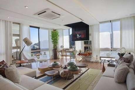 12. Ambiente amplo e bem iluminado combinando com o piso flutuante. Projeto por Gloria Copello