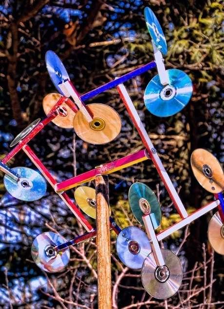 37. Arte feito de artesanato com CD fica exposta ao ar livre. Fonte: Pinterest
