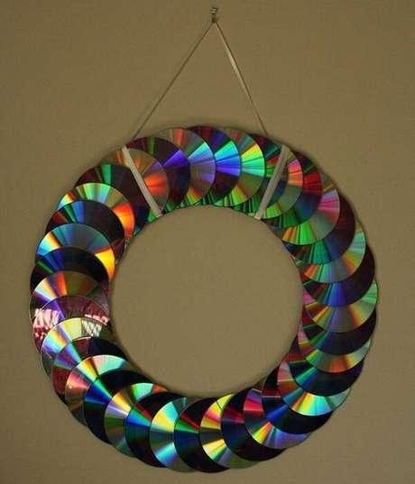 40. Guirlanda de natal feita por meio do artesanato com CD. Fonte: Pinterest