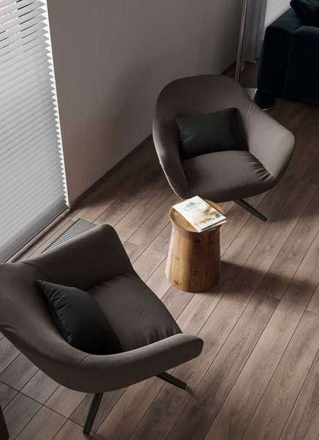 6. As poltronas do ambiente seguem a mesma tonalidade do piso flutuante. Fonte: Pinterest