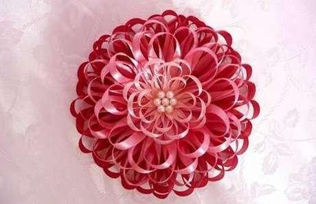 7. Como fazer flor de fita de cetim fina – Via: Como Fazer Artesanato