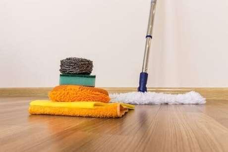 8. Como limpar piso flutuante. Fonte: Pinterest